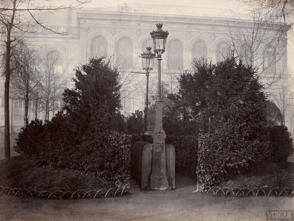 8 urinal stalls with shrubs screen, Champs Elysees, Paris VIII. Circa 1875.