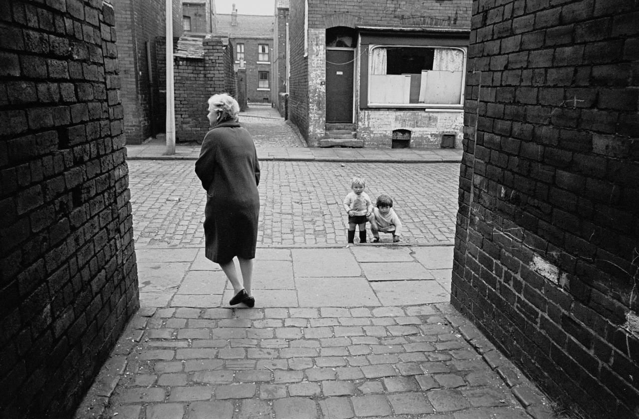 Alleyway, Leeds back to back housing, 1970