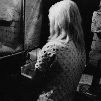 Powerful Photos Of Life in the Old Glasgow Tenement Blocks – 1969-72