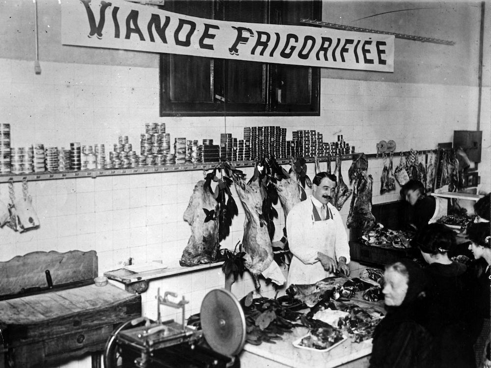 The first supplies of meat under municipal control go on sale in Paris. (Photo by Hulton Archive/Getty Images)