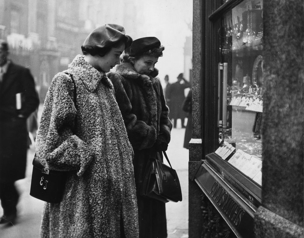 November 1948: Seventeen year old film star Elizabeth Taylor goes window shopping in London the first time she has been in the city since she was three. (Photo by George Konig/Keystone Features/Getty Images)