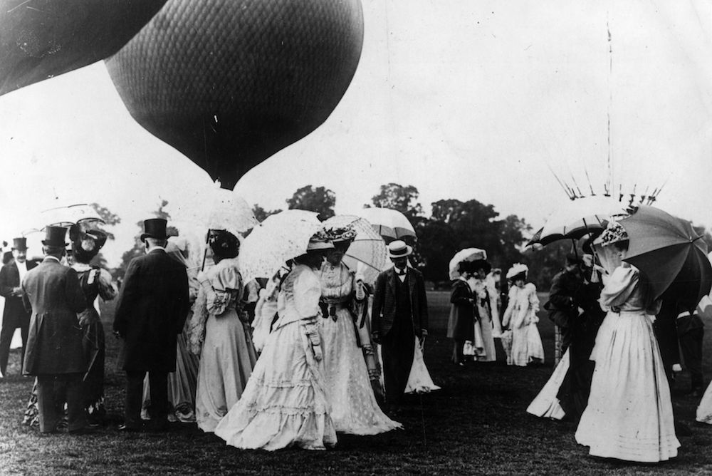 7th July 1906:  Society visitors gather to watch a balloon race at Ranelagh in Barnes, West London.  (Photo by Topical Press Agency/Getty Images)