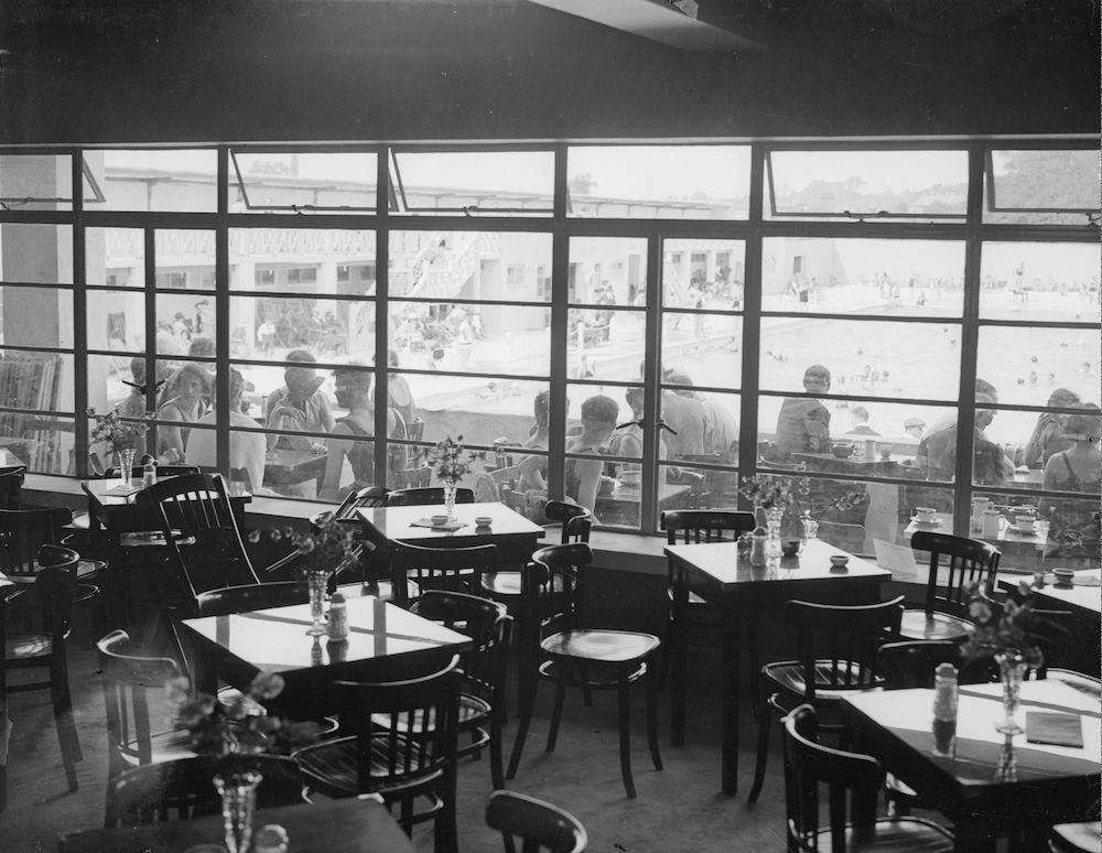 7th June 1933:  A swimming pool restaurant at Orpington, Kent overlooks the pool.  (Photo by Fox Photos/Getty Images)