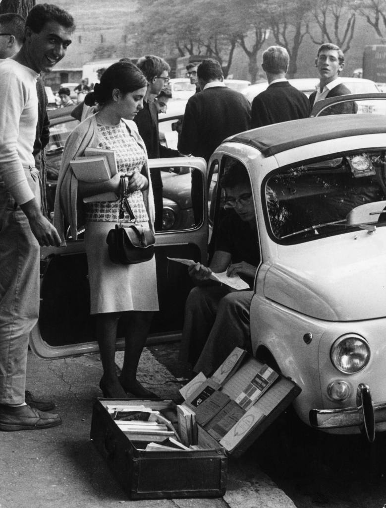 7th September 1964:  A 'flea market' in second hand books is run and patronised by students in Rome.  (Photo by Keystone/Getty Images)