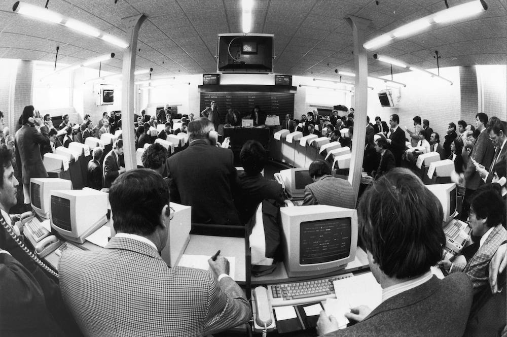 7th March 1985:  French stockbrokers at work.  (Photo by Patrice Cotteau/Keystone/Getty Images)