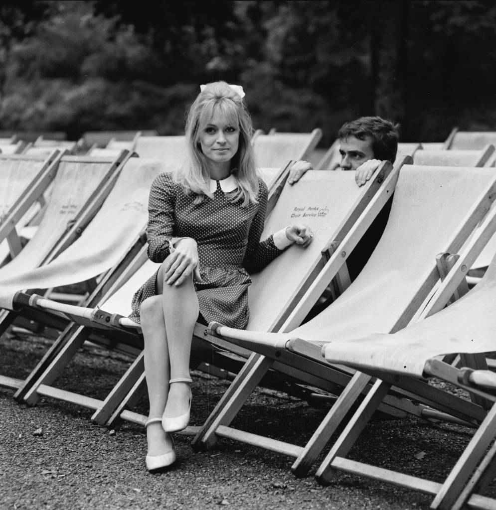 7th August 1966:  Model and actress Suzy Kendall with her husband, the actor and  comedian, Dudley Moore (1935 - 2002), in Hyde Park.  (Photo by R. McPhedran/Express/Getty Images)