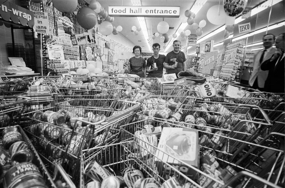 10th August 1966: Mr and Mrs Buzidragis and their son Joe, winners of a US supermarket sweep contest repeat their prize-winning feat in a London Tesco. (Photo by Terry Fincher/Express/Getty Images)