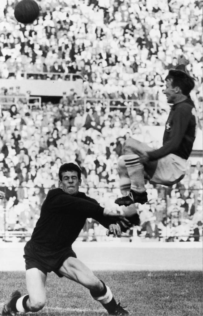 7th June 1962:  German goalkeeper Anton Alleman challenging the Swiss player Wolfgang Fahrian for the ball during a World Cup game.  (Photo by Keystone/Getty Images)