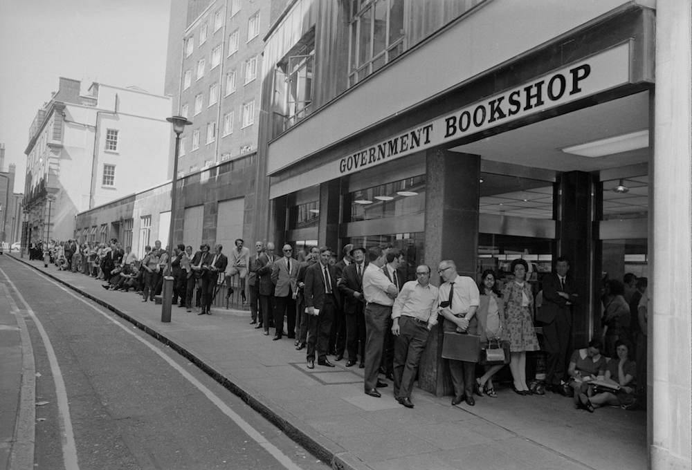 7th June 1971:  A large queue outside HMSO (Her Majesty's Stationery Office) in High Holborn, London waiting to buy a copy of the 'white Paper' on Britain and the Common Market.  (Photo by Central Press/Getty Images)