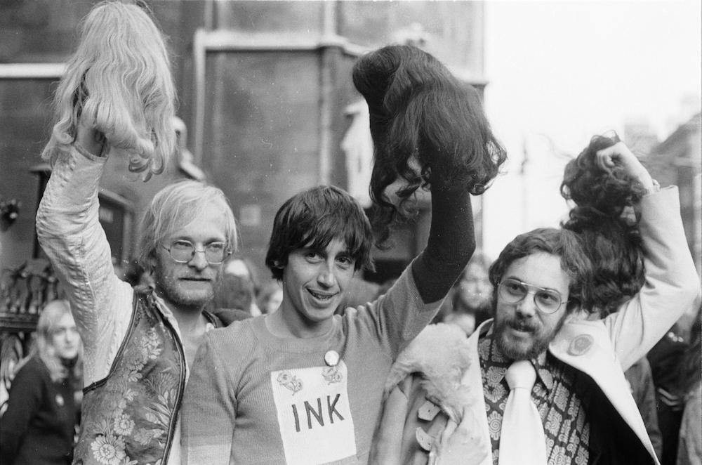 3rd November 1971: James Anderson, Richard Neville, along with Felix Dennis arrive at the Old Bailey in London for their appeal against a conviction under the Obscene Publications Act with regard to an issue of their underground magazine 'Oz'. As a gesture of defiance, the three are wearing wigs to cover the 'prison' haircuts, which were given to them whilst in Wormwood Scrubs. (Photo by Dennis Oulds/Central Press/Getty Images)
