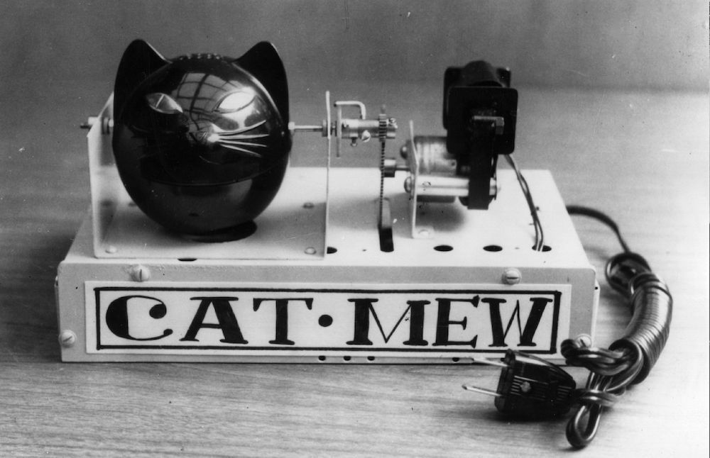 September 1963: The mechanical cat can meow ten times a minute and the eyes light up each time. The device for scaring rats and mice from Japan is powered by a 2-watt motor. (Photo by Keystone/Getty Images)
