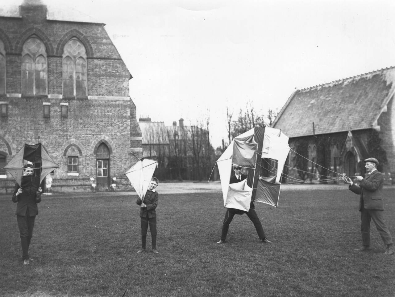 1909: An instruction lesson in kite flying at the United Service College in Windsor.