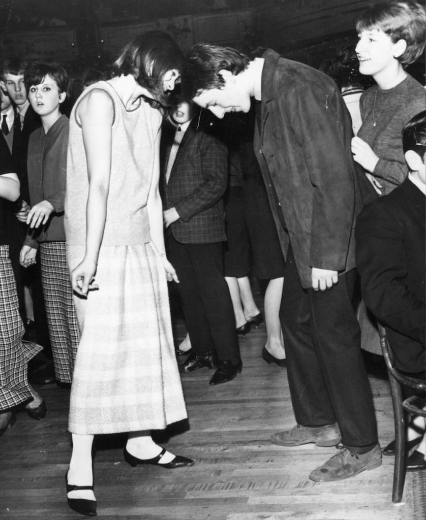 7th February 1964:  Teenagers enjoying a dance with their heads touching.  (Photo by Les Lee/Express/Getty Images)