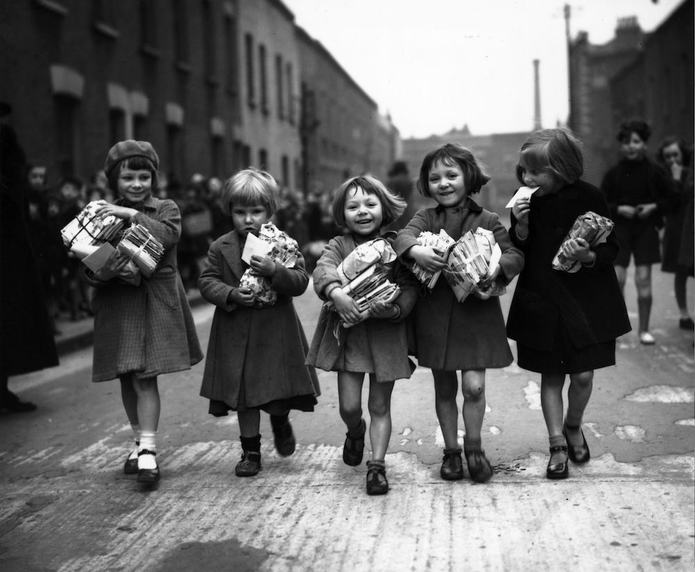 7th March 1939:  Children who are small enough to pass under an archway in Bow in the east end of London qualify for a weekly parcel of toys.  (Photo by Harry Todd/Fox Photos/Getty Images)