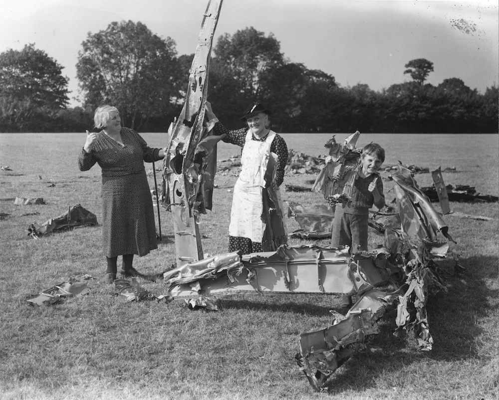 7th September 1940:  English countryfolk inspecting the wreckage of a German aircraft that came down on their farm.  (Photo by Reg Speller/Fox Photos/Getty Images)