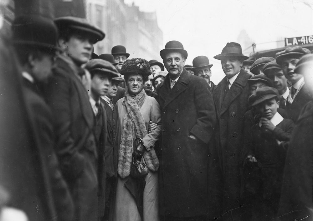18th April 1913: British socialist leader George Lansbury and his wife arrive at Bow Street court, London, amidst a crowd of onlookers. (Photo by Topical Press Agency/Getty Images)