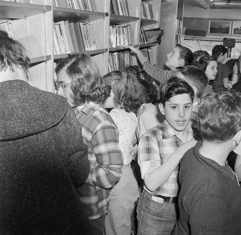 circa 1955: School children cramped in a travelling library during its visit to New Rochelle, New York State. (Photo by Vecchio/Three Lions/Getty Images)
