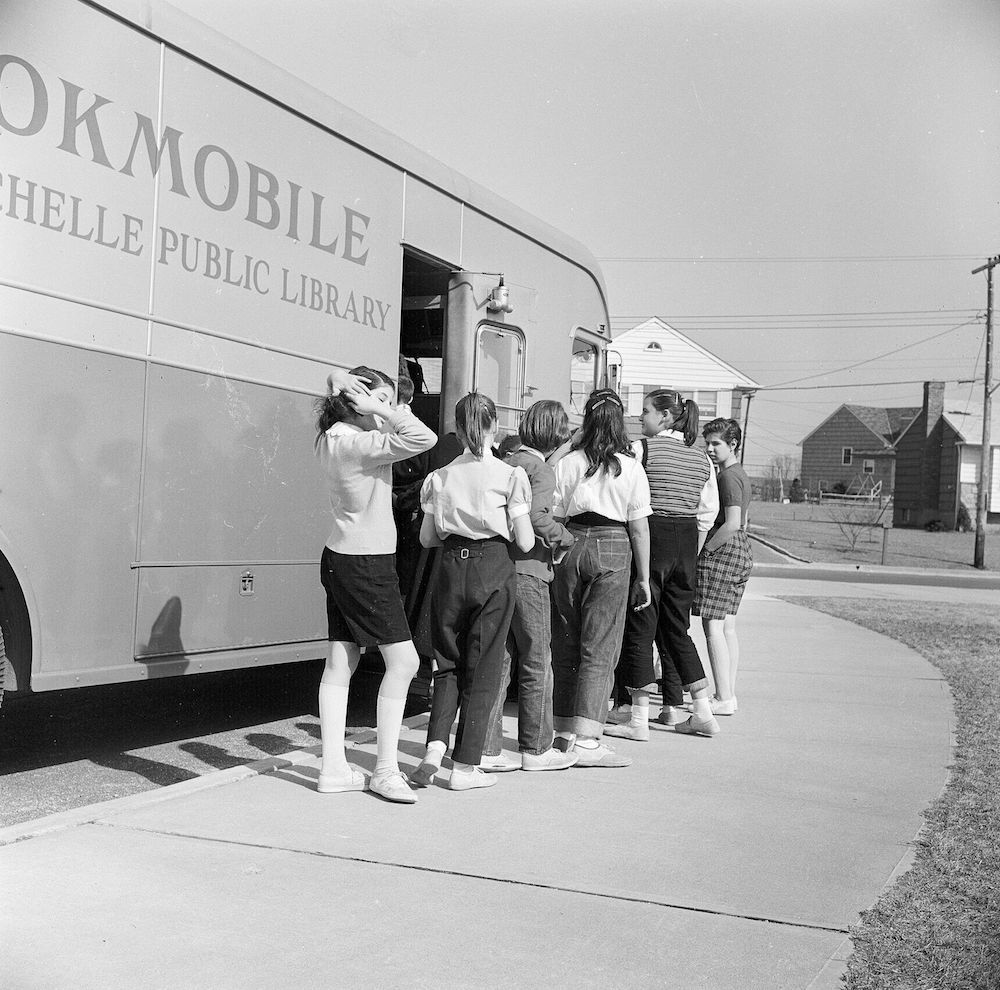 circa 1955: School pupils queuing outside a 'Bookmobile' mobile library in New Rochelle, New York. (Photo by Vecchio/Three Lions/Getty Images)