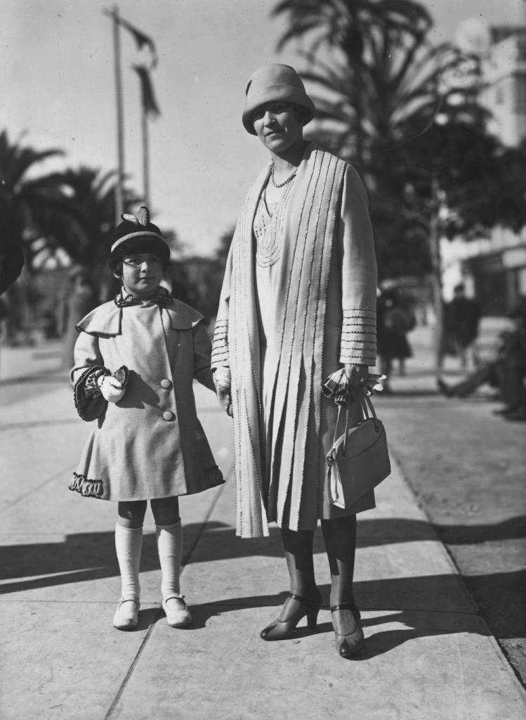 7th February 1926:  A fashionably dressed mother and daughter on a Paris suburb's street.  (Photo by Seeberger Freres/General Photographic Agency/Getty Images)