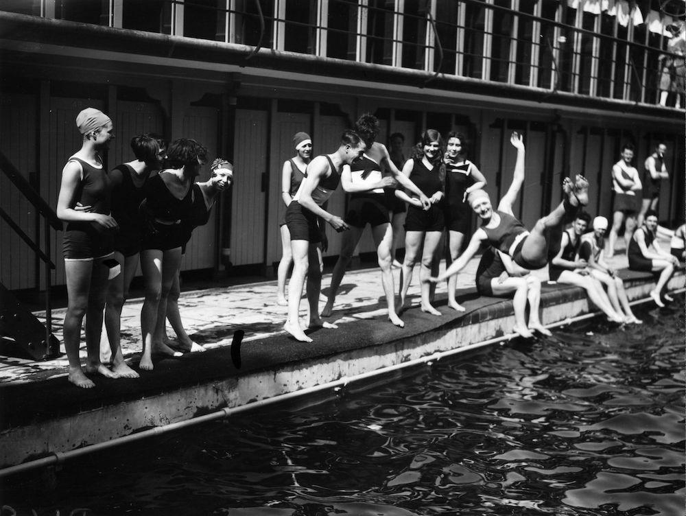 7th May 1927:  Bathing at Chiswick Baths.  (Photo by Davis Jr/Topical Press Agency/Getty Images)