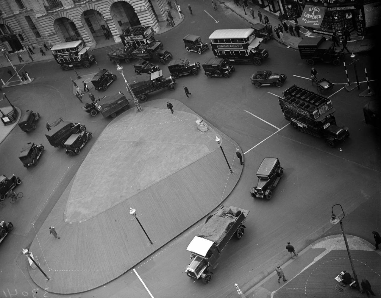 7th August 1930:  Vehicles circling a traffic island in London's Piccadilly Circus.  (Photo by Fox Photos/Getty Images)
