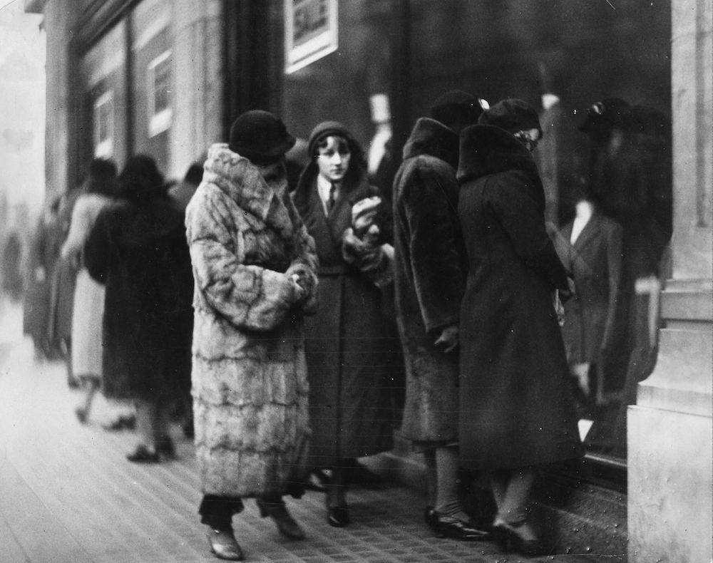 circa 1925: Shoppers on Regent Street in London. (Photo by General Photographic Agency/Getty Images)