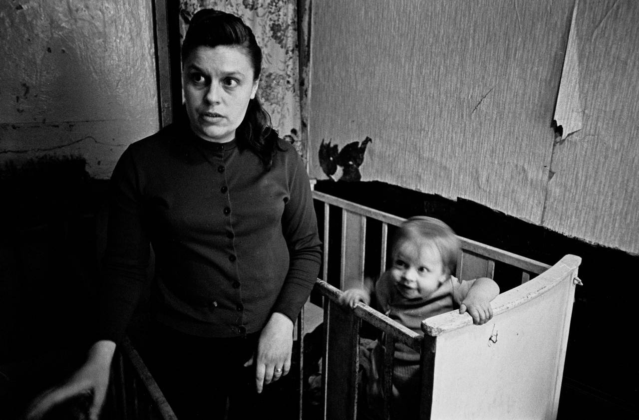Peggy Rump with her youngest, bedroom Rothschild Dwellings, Whitechapel 1969