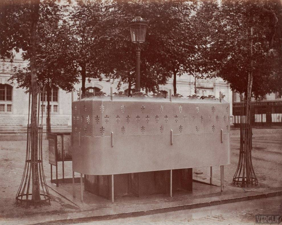 Urinal slate with six stalls with raised screen. Boulevard des Batignolles, Paris XVII. Circa 1875.