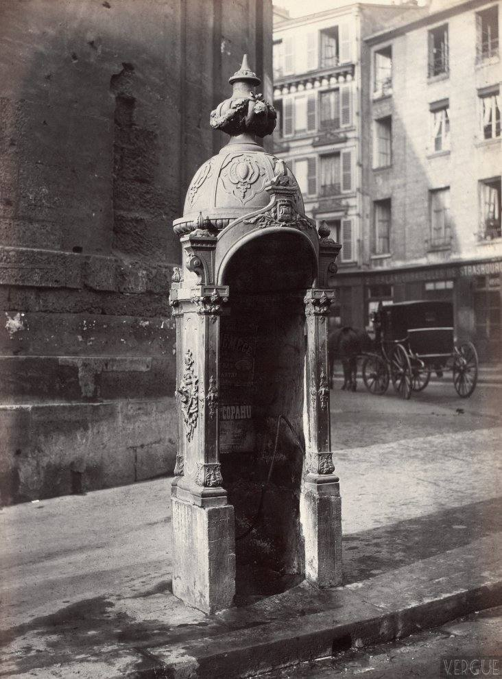 Urinal stall, cast iron and masonry, rue du Faubourg Saint-Martin, Paris Xe. Circa 1875.
