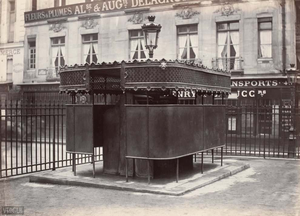 Urinal wrapped to 6 stalls. Jardin de la Bourse, Paris II. Circa 1875.