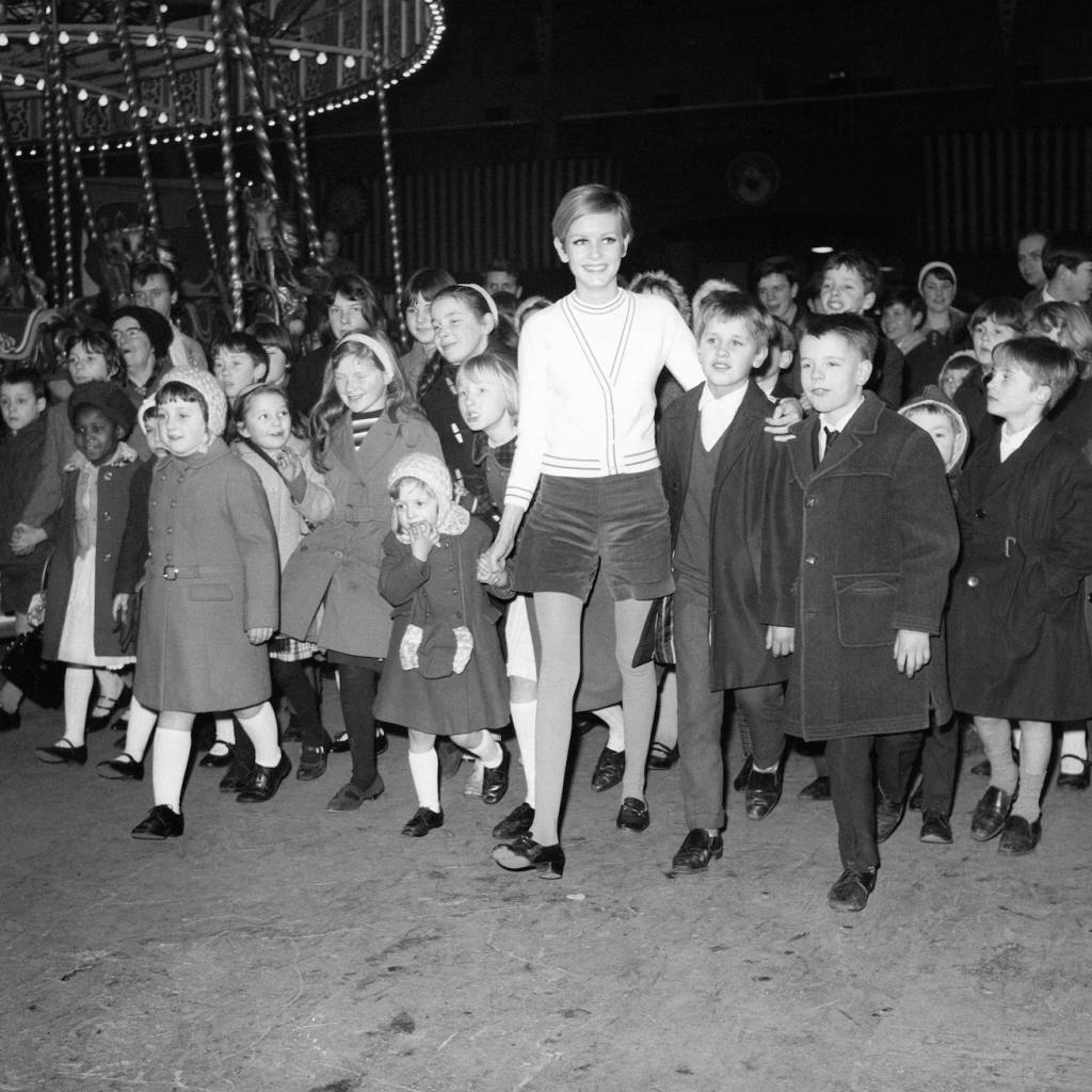 Twiggy with fifty orphaned children from the Lambeth Mission in 1967.
