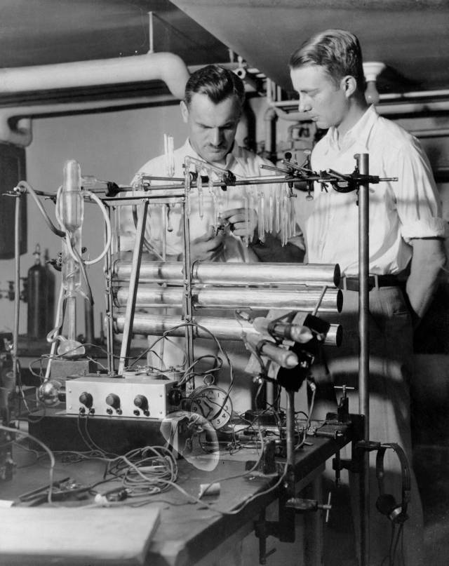 Compton at the University of Chicago in 1933 with graduate student Luis Alvarez next to his cosmic ray telescope.