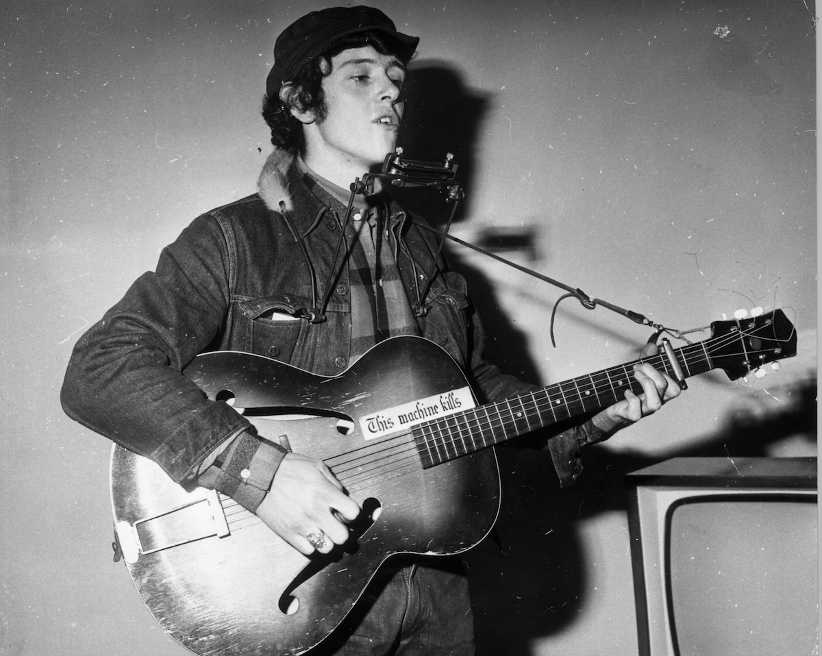 21st January 1965: Folk-pop singer-songwriter, Donovan rehearsing for a television appearance on the 'Ready Steady Go' pop programme at ITV house in London. He has a Dylan-style harmonica frame and his trademark guitar with its 'This Machine Kills' sticker. This was the first break for the 18 year old unknown. (Photo by John Pratt/Keystone/Getty Images)