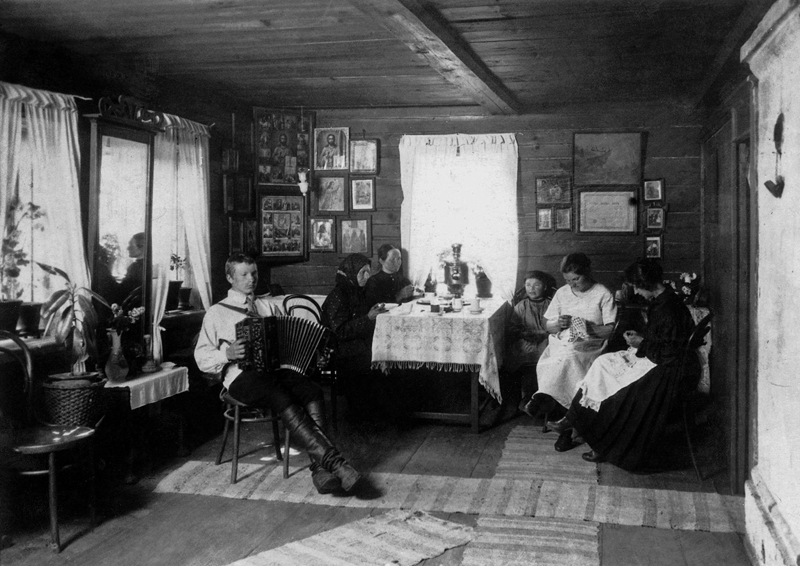 Cabin Larin Chairman of the Board of machine association Ippolitova Smolensk Province., Der. Larino. Date: 1925