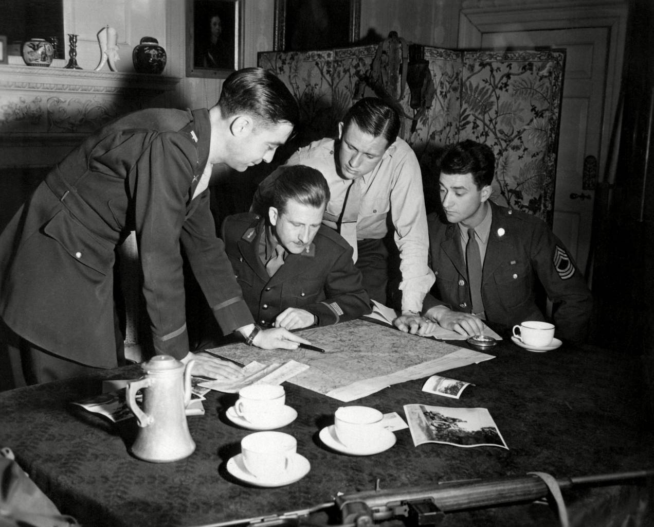Jedburghs get instructions from Briefing Officer in London flat. England, ca. 1944. 'Jedburghs' were soldiers in 'Operation Jedburgh', World War 2 intelligence and espionage operations of U.S. and British with the French Resistance, coordinated with Allied invasion of France from June through Dec. 1944.