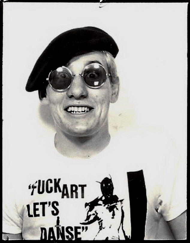 phototbooth GRAEME OLIVER IN 5TH COLUMN T-SHIRT 1982