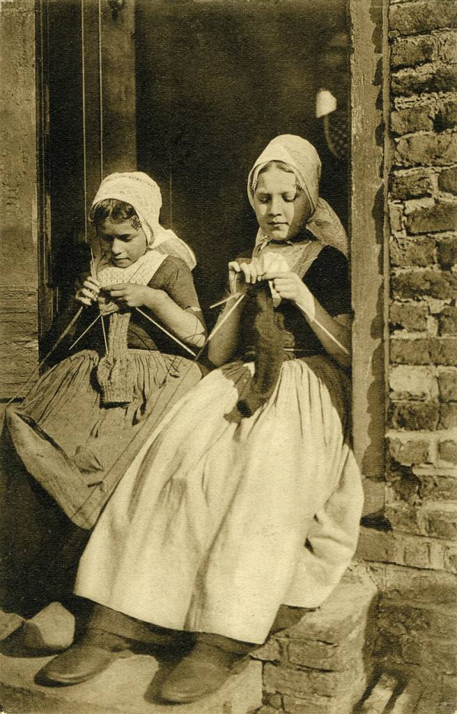 Postcard of Dutch girls knitting published by Utig F. B. den Boer, Middelburg, Holland, 1909