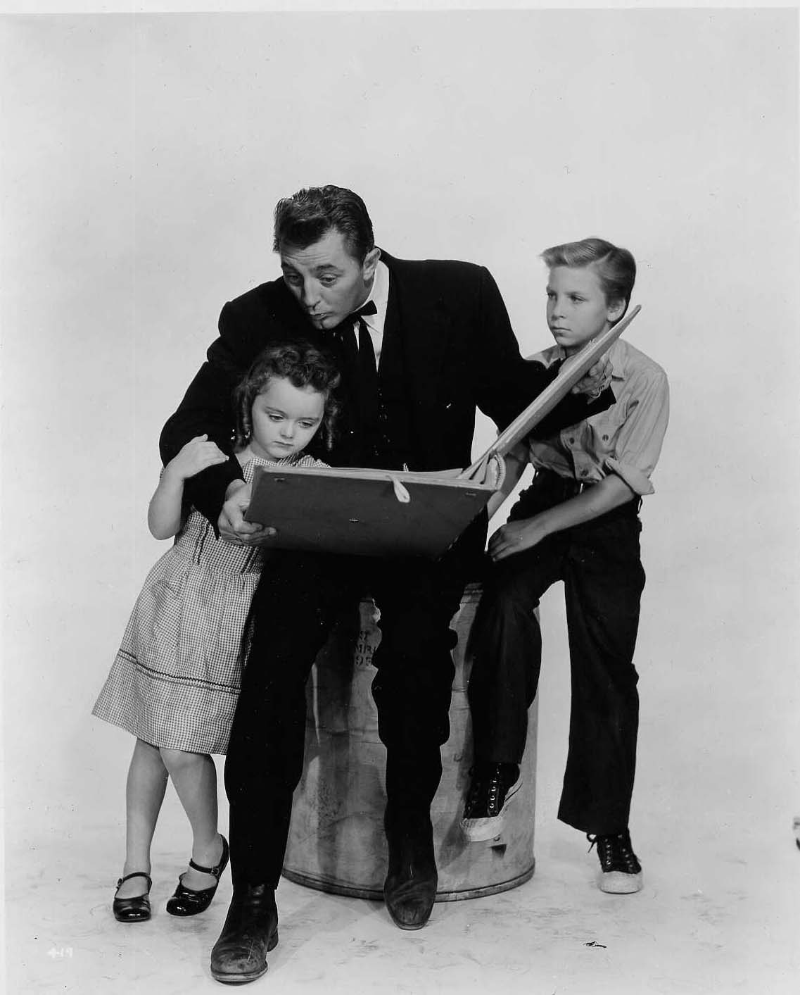 Portrait of Billy Chapin, Robert Mitchum and Sally Jane Bruce for The Night of the hunter directed by Charles Laughton, 1955