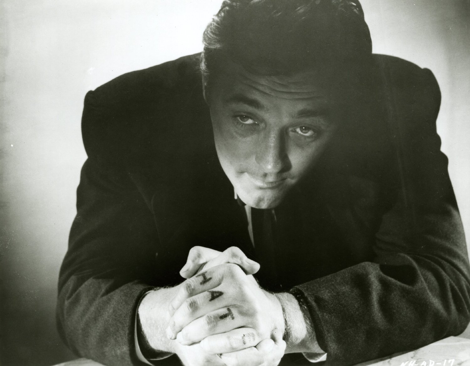 robert-mitchum-in-the-night-of-the-hunter-e