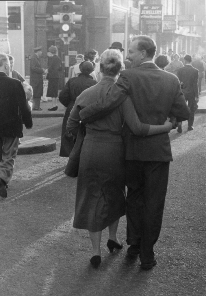 couple-arm-in-arm-oxford-street-1954-hans-richard-griebe