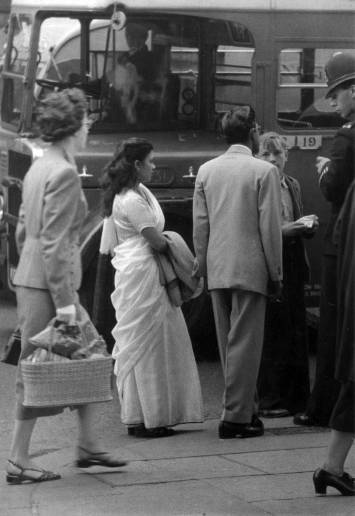 india-couple-oxford-street-1954-hans-richard-griebe