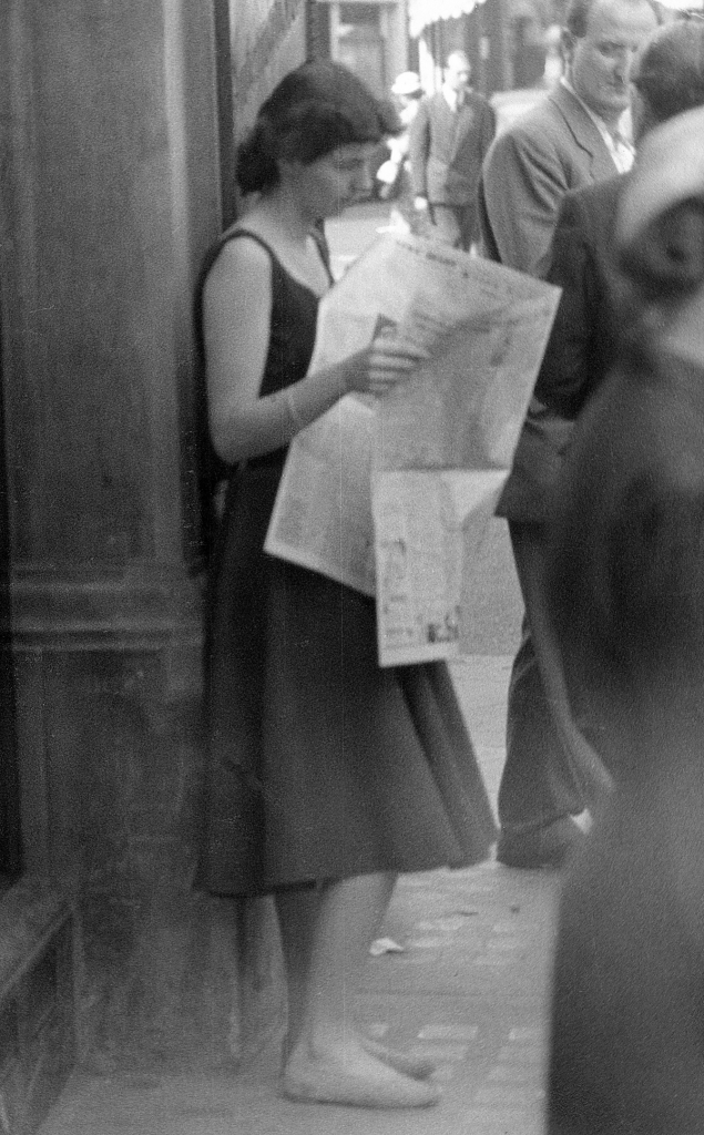 woman-reading-newspaper-oxford-street-1954-hans-richard-griebe