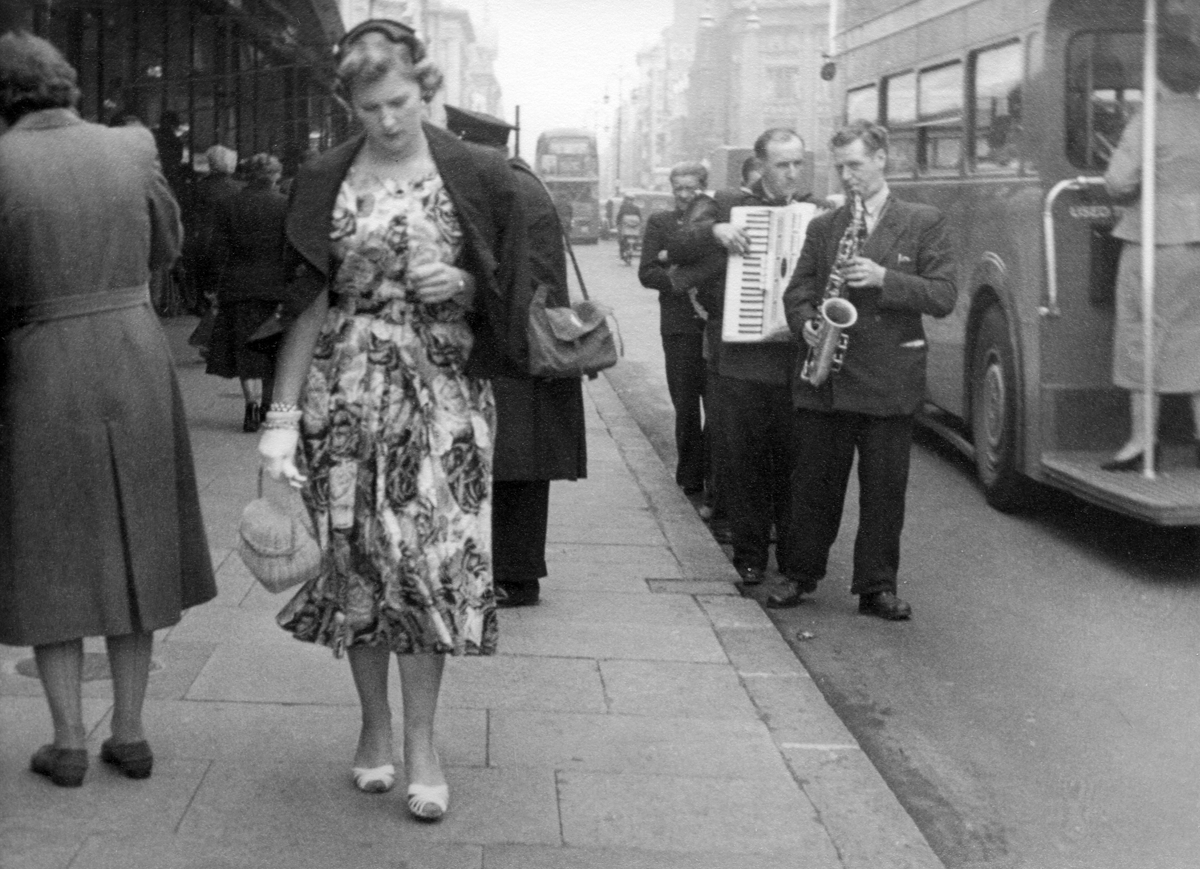 woman-and-buskers-oxford-street-1954-hans-richard-griebe