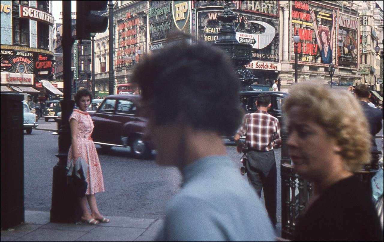 7-piccadilly-circus-in-1959-by-graham-knott