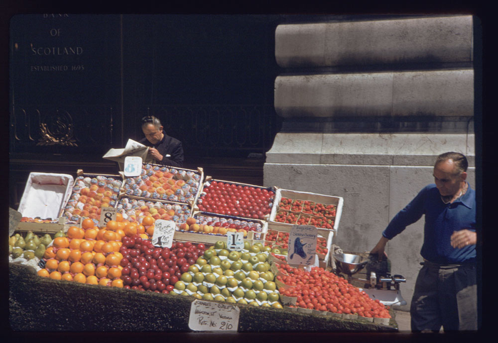 Date: Jun. 28, 1961 Location: London, England, United Kingdom (Greater London county) Description: Fruit stand in Air St. Near Piccadilly Hotel