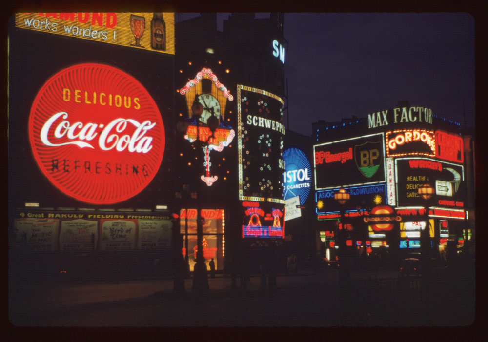 Date: Apr. 24, 1961 Location: London, England, United Kingdom (Greater London county) Description: Piccadilly Circus at night