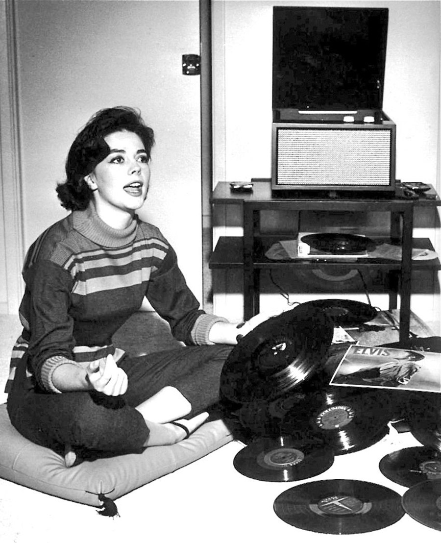 vintage-ladies-and-records-57