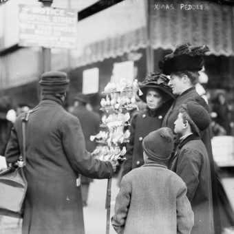 Fabulous Photos of Christmas Shopping in New York City – December 1910
