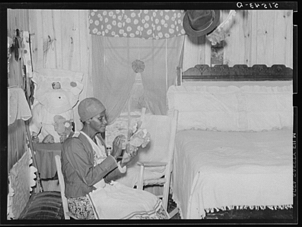 Title Jorena Pettway making flower decorations for her home. She has made practically all her own furniture and her own bedspreads and chair covers from flour sacks, etc. Gee's Bend, Alabama Contributor Names Wolcott, Marion Post, 1910-1990, photographer Created / Published 1939 May.