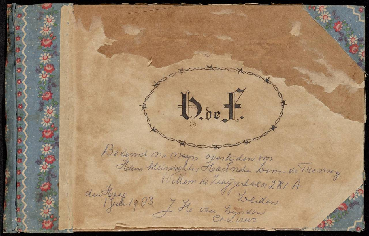 "The cover of the album is made of sturdy cardboard. The inside and outside are covered with paper. The back plus the corners are reinforced on the outside with a fabric (blue with floral pattern). On the front cover is an ellipse of barbed wire drawn in calligraphic letters ""D. F"". The content consists of 41 pages; of which 39 pp. with drawings. The pages are all with a strip of gauze and paper attached to one another."